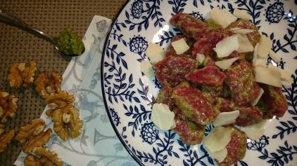 Rote-Rüben-Gnocchi-mit-Walnuss-Pesto