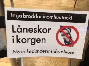 Bitte keine Spikes in der Bibliothek - dieses Verbot gibt's wohl auch nur im hohen Norden!