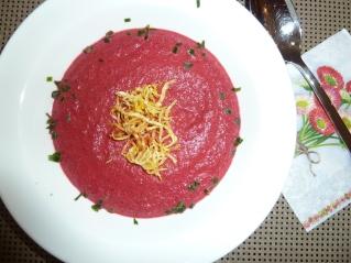 Rote-Rüben-Rote-Beete-Suppe-mit-frittiertem-Sellerie